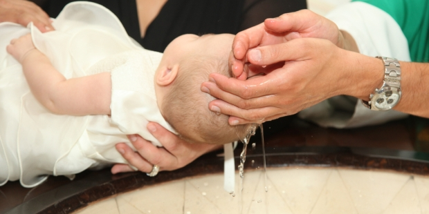 Bébé se faisant baptisé