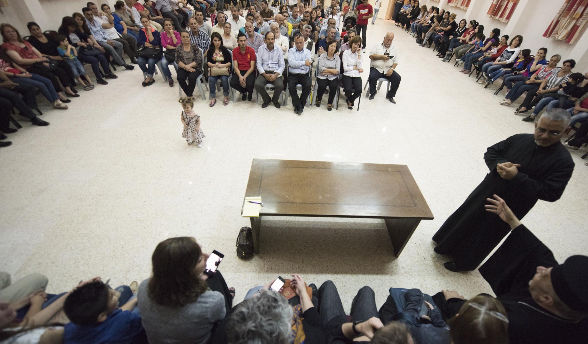 Les familles de réfugiés qui sont aidées par père Abud et sa paroisse jordanienne nous ont fait l'honneur de se joindre à nous. Elles ont parlé et débattu de leur sort et ont témoigné de ce qu'elles ont vécu. Nous connaissons la réponse qu'ils ont faite aux djihadistes... © Jeffrey Bruno