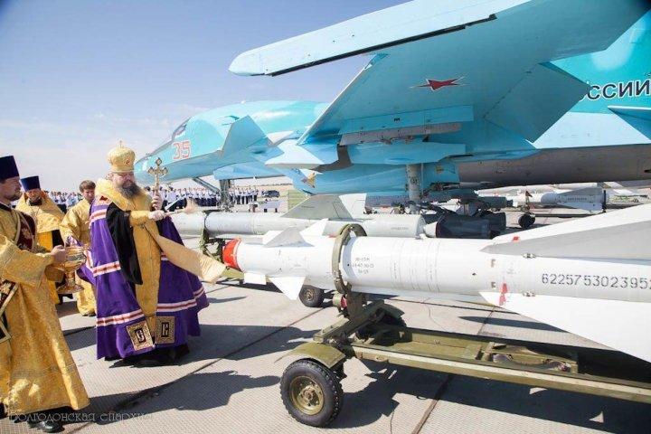 L'évêque orthodoxe Corneille de l'éparchie de Volgodonsk, ville de l'oblast de Rostov, bénit un appareil du régiment de bombardiers de la 4ème armée basée à Morozovsk, le 15 aout dernier, jour de célébration des forces aériennes militaires de Russie.