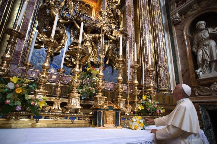 Le pape François déposant des fleurs aux pieds d'une statue de la Vierge à la basilique Sainte-Marie-Majeure au retour d'un séjour en Amérique du Sud (juillet 2015) © AFP PHOTO / OSSERVATORE ROMANO