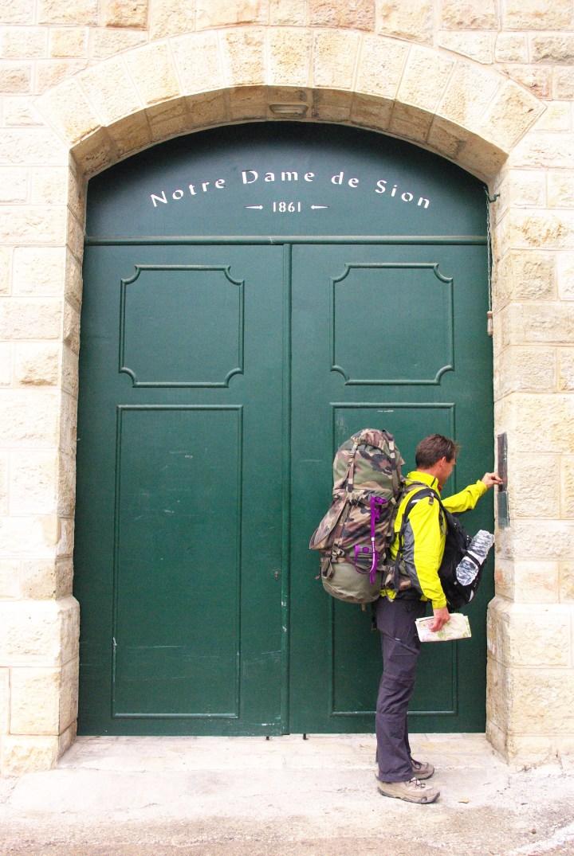 Sonner aux portes pour demander l'hospitalité chaque jour