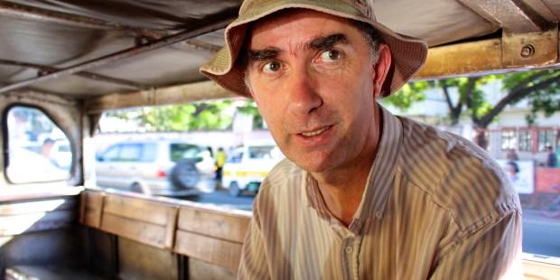 Le père Jean-Pierre voyageant dans un Jeepnay (petit bus local) dans les rues de Cebu