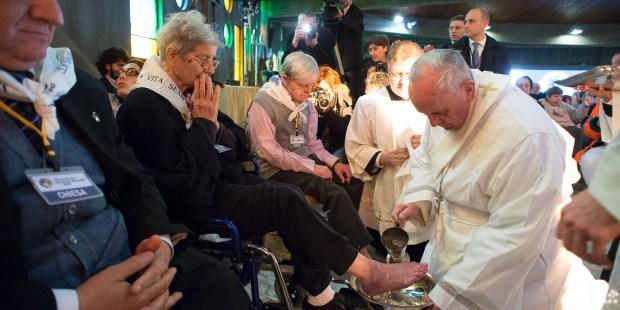 Le pape François lave le pied d'une femme dans le centre médical géré par la fondation don Carlo Gnocchi (Rome) le 17 avril 2014