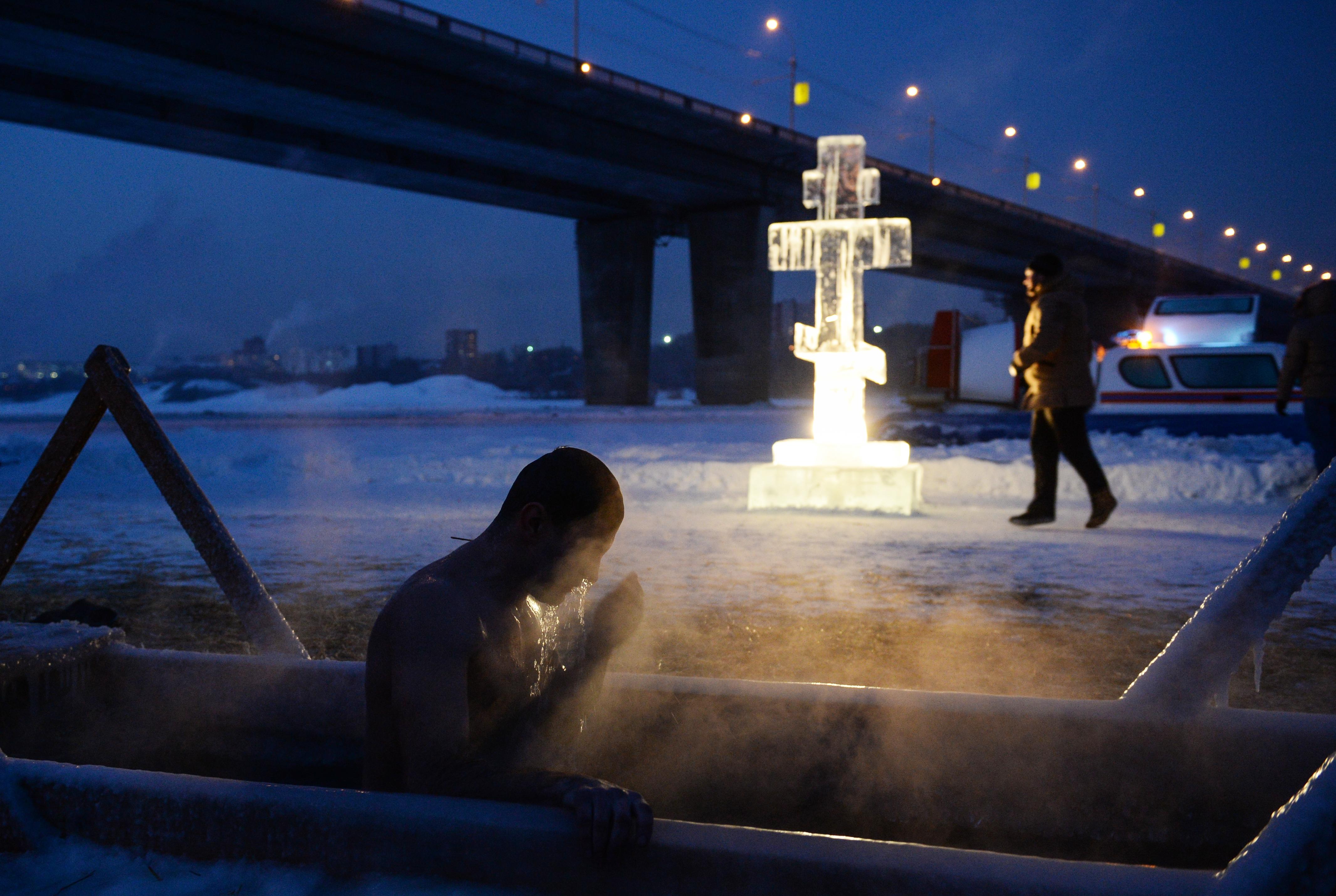 """Un """"bain de l'Épiphanie"""" dans la rivière Ob près du pont Dmitrovsky à Novosibirsk (Russie)"""