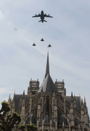 Des avions militaires survolent la cathédrale d'Orléans comme chaque 8 mai lors du défilé militaire en hommage à Jeanne d'Arc, plus grand défilé militaire français après celui du 14 juillet © Bertrand Deshayes