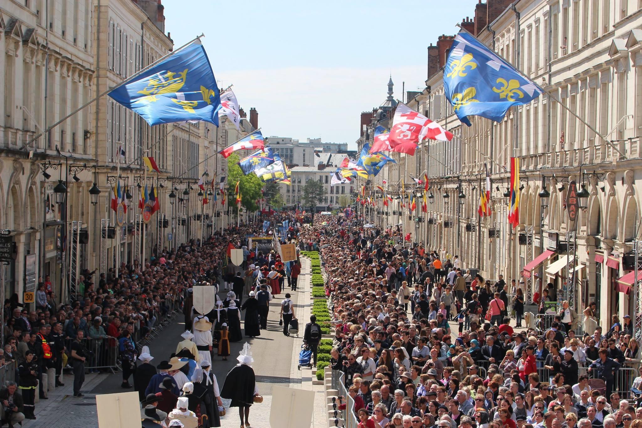 Les corporations, associations, clubs de sports, mouvements de jeunesses, religieux... défilent derrière Jeanne d'Arc, applaudie par le restant de la ville © Bertrand Deshayes