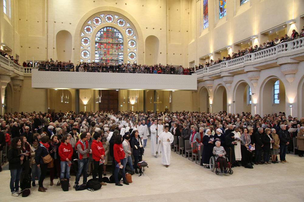 Procession d'entrée lors de la messe chrismale en la basilique du Sacré-Coeur de Grenoble © Diocèse de Grenoble-Vienne