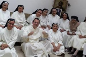 Le 7 novembre 2015, lors de l'ouverture du jubilé des 800 ans de l'Ordre des Pécheurs, le frère Louis-Marie avec les Dominicaines irakiennes de Sainte-Catherine de Sienne, à Erbil en Irak © Frère Louis-Marie Ariño-Durand