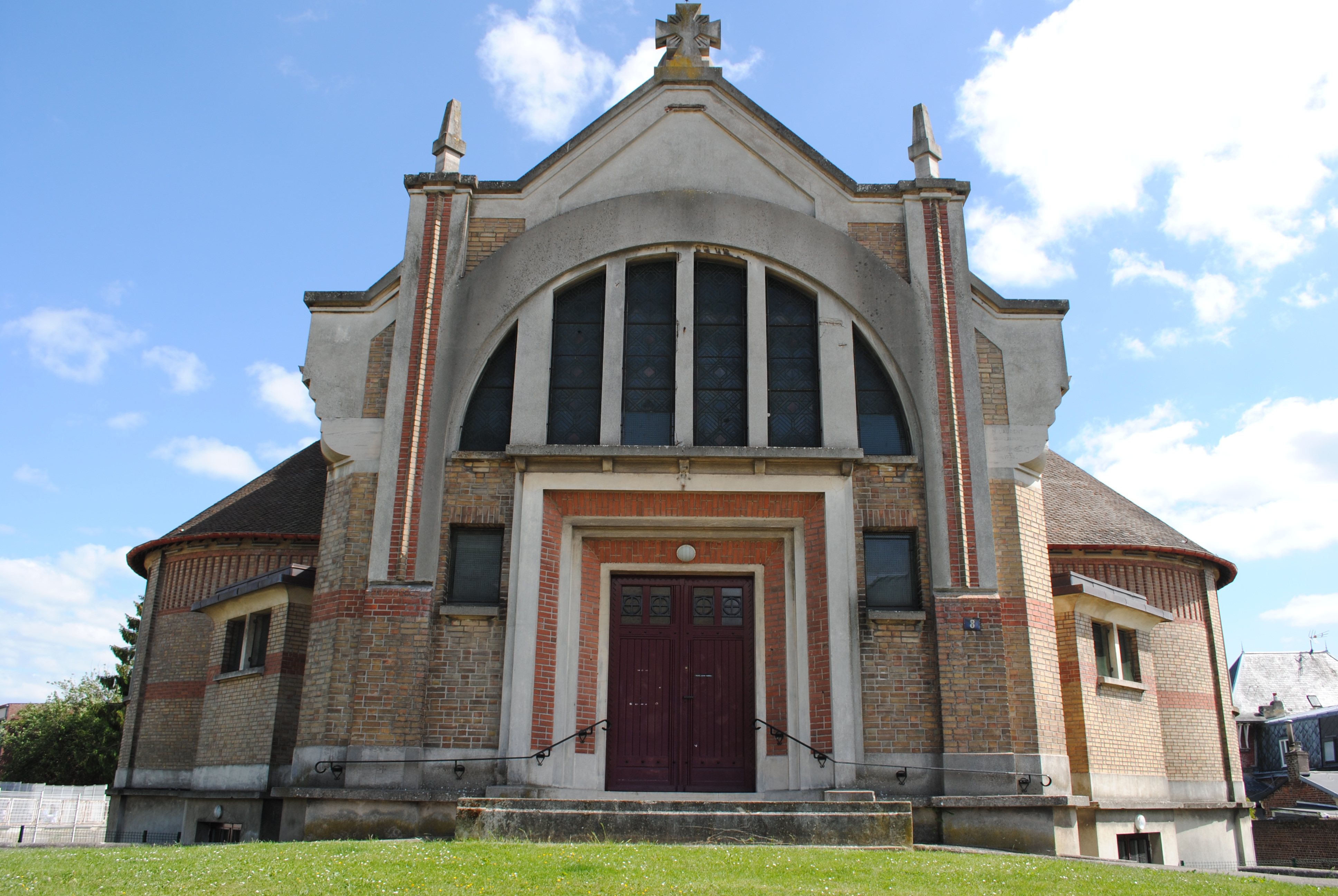 Une église Art déco actuellement en vente en Picardie.