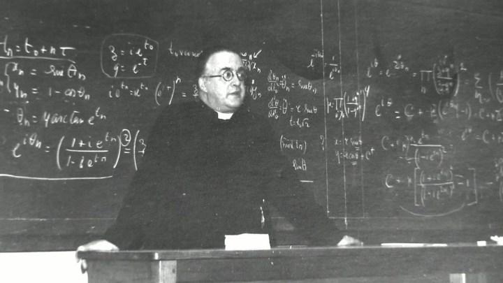 El Jesuita belga Georges Lemaître, en su cátedra en la universidad de Lovaina, autor de la teoría del Big Bang erróneamente atribuida a Edwin Hubble.
