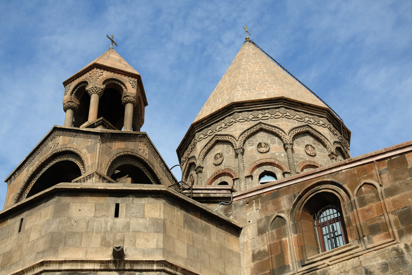 WEB CATHEDRAL ARMENIA ETCHMIADZIN EXTERIOR © Vahan Abrahamyan - Shutterstock