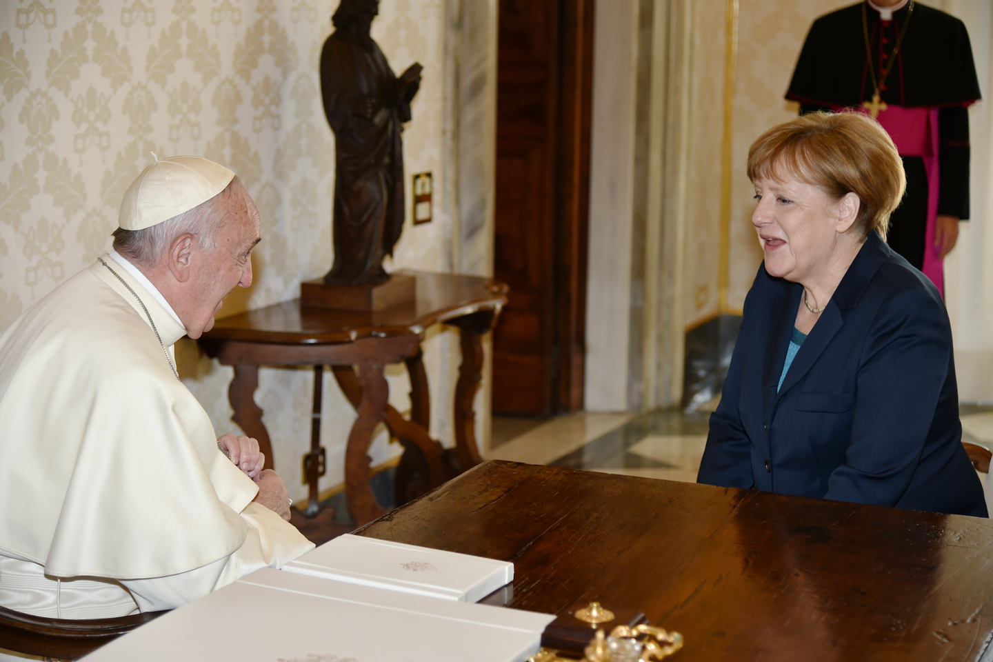 German Chancellor Angela Merkel (R) talks with Pope Francis during a private audience on May 6, 2016 at the Vatican. Merkel is in Rome to take part in a ceremony for the awarding of Germany's famed Charlemagne Prize to Pope Francis, given to public figures in recognition of contribution to European unity. / AFP PHOTO / ALBERTO PIZZOLI