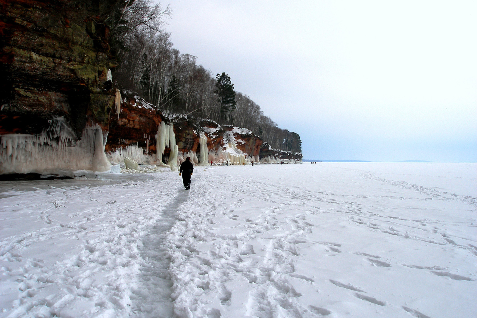 En hiver, lorsque le lac est gelé, les promeneurs en profitent pour découvrir un lieu férique où l'hiver s'est s'installé © paulgirl