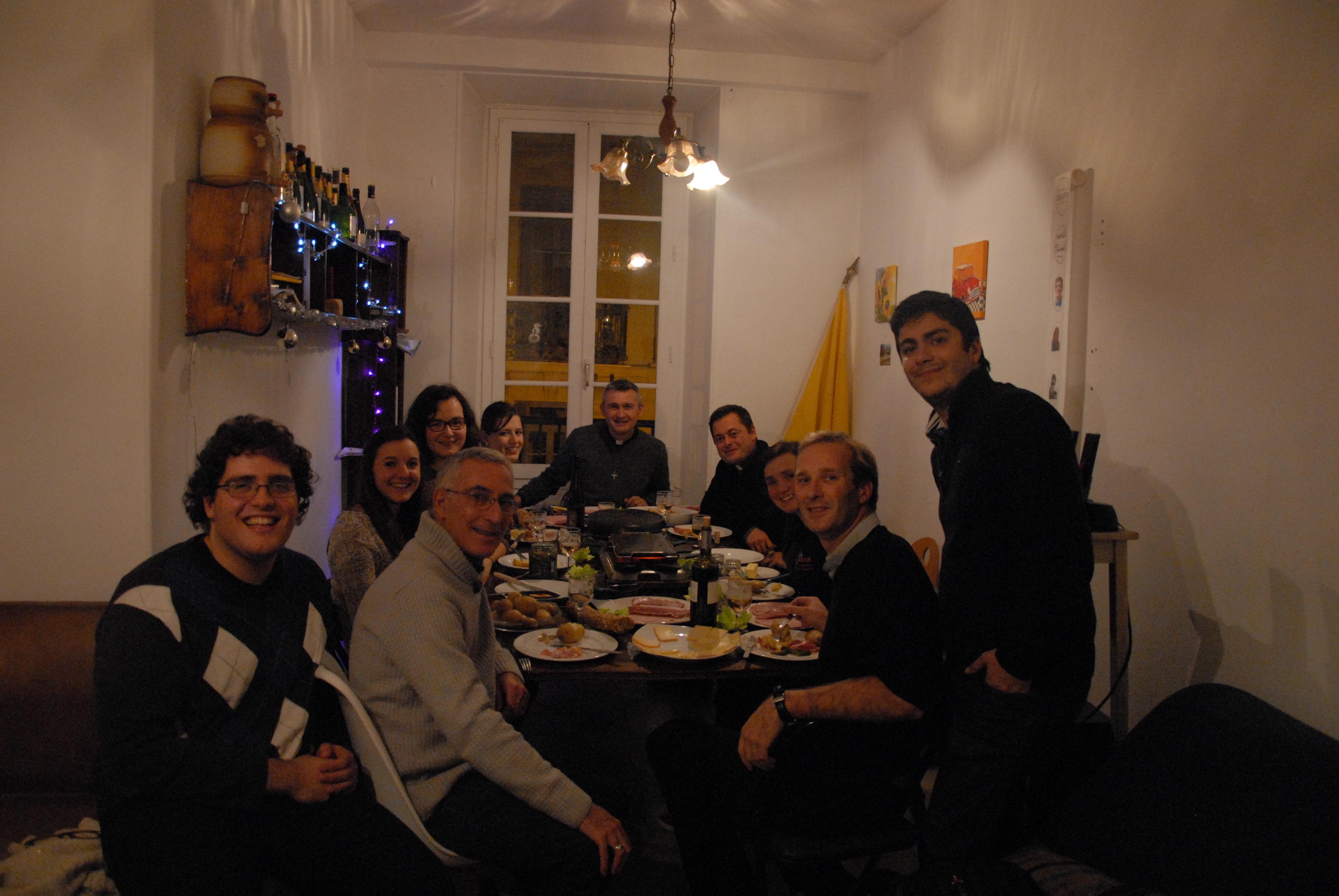 Chaque jeudi soir, la communauté dine avec les prêtres autour d'un texte de l'Évangile. © Baptiste Berard