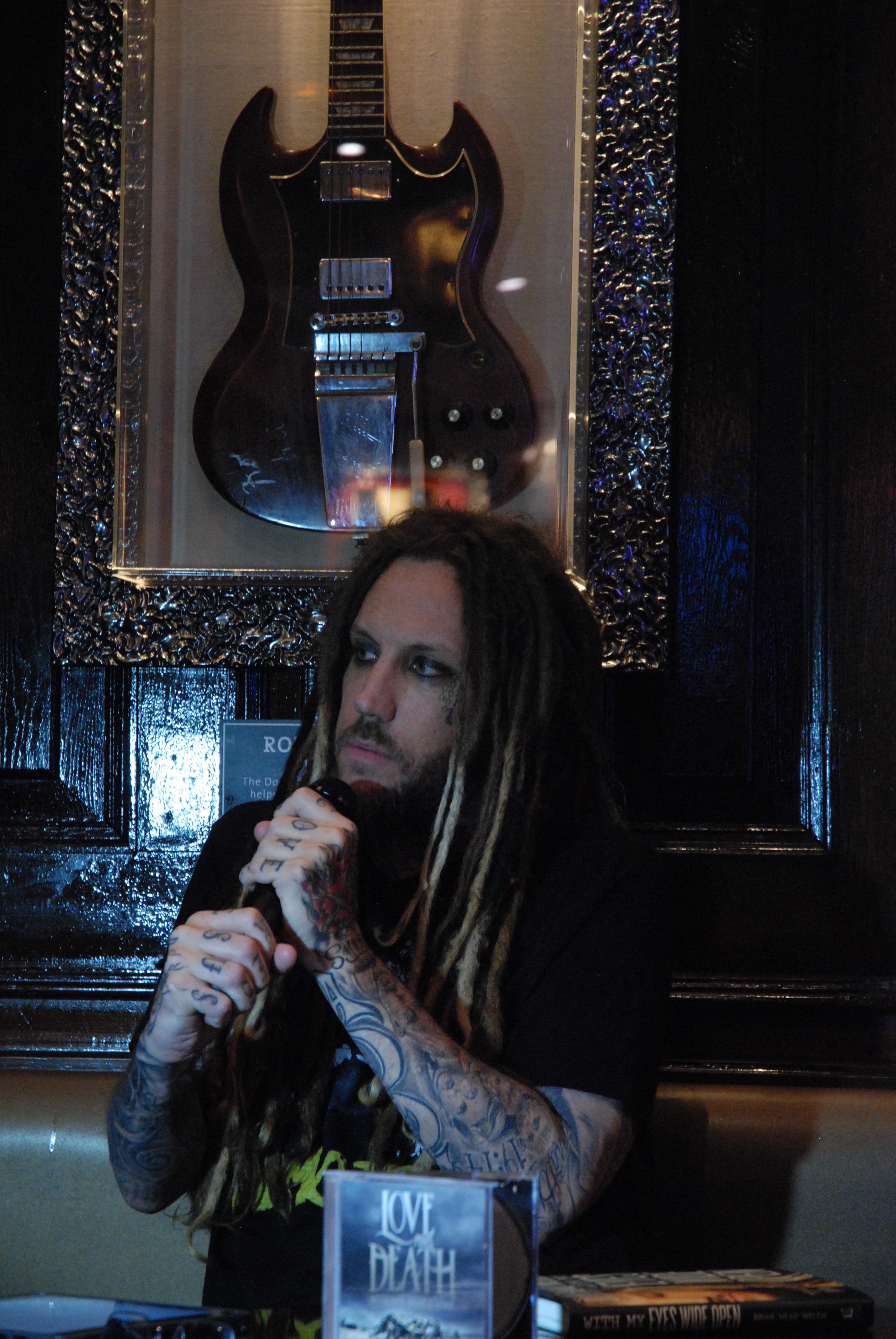 Le guitariste de Korn raconte son histoire devant un public de fans © Marie-Clothilde Bailbé