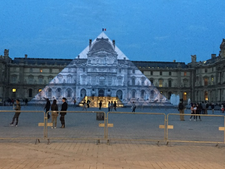L'œuvre de JR à la pyramide du Louvre © Dina Morin