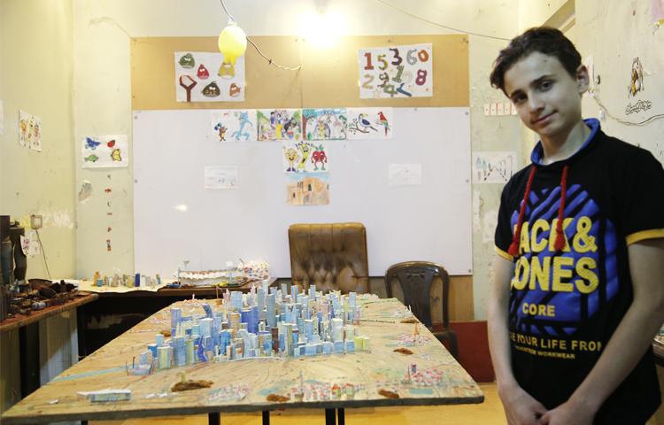 Le jeune Mohammed Qatish reconstruit sa ville, Alep, grâce à ses maquettes