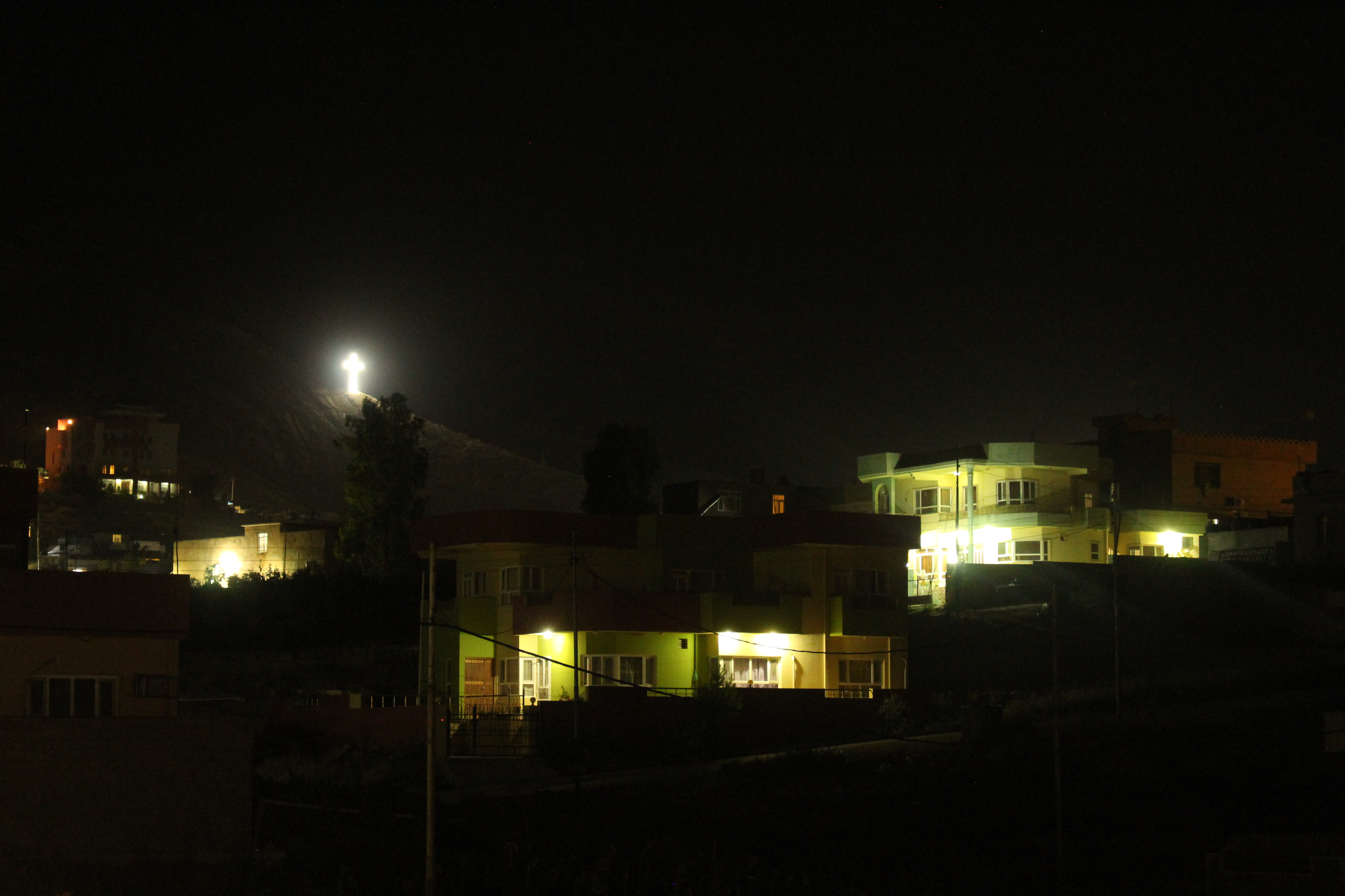 Les villageois illuminent de grandes croix toutes les nuits, sur les reliefs qui surplombent leurs maisons © Sylvain Dorient