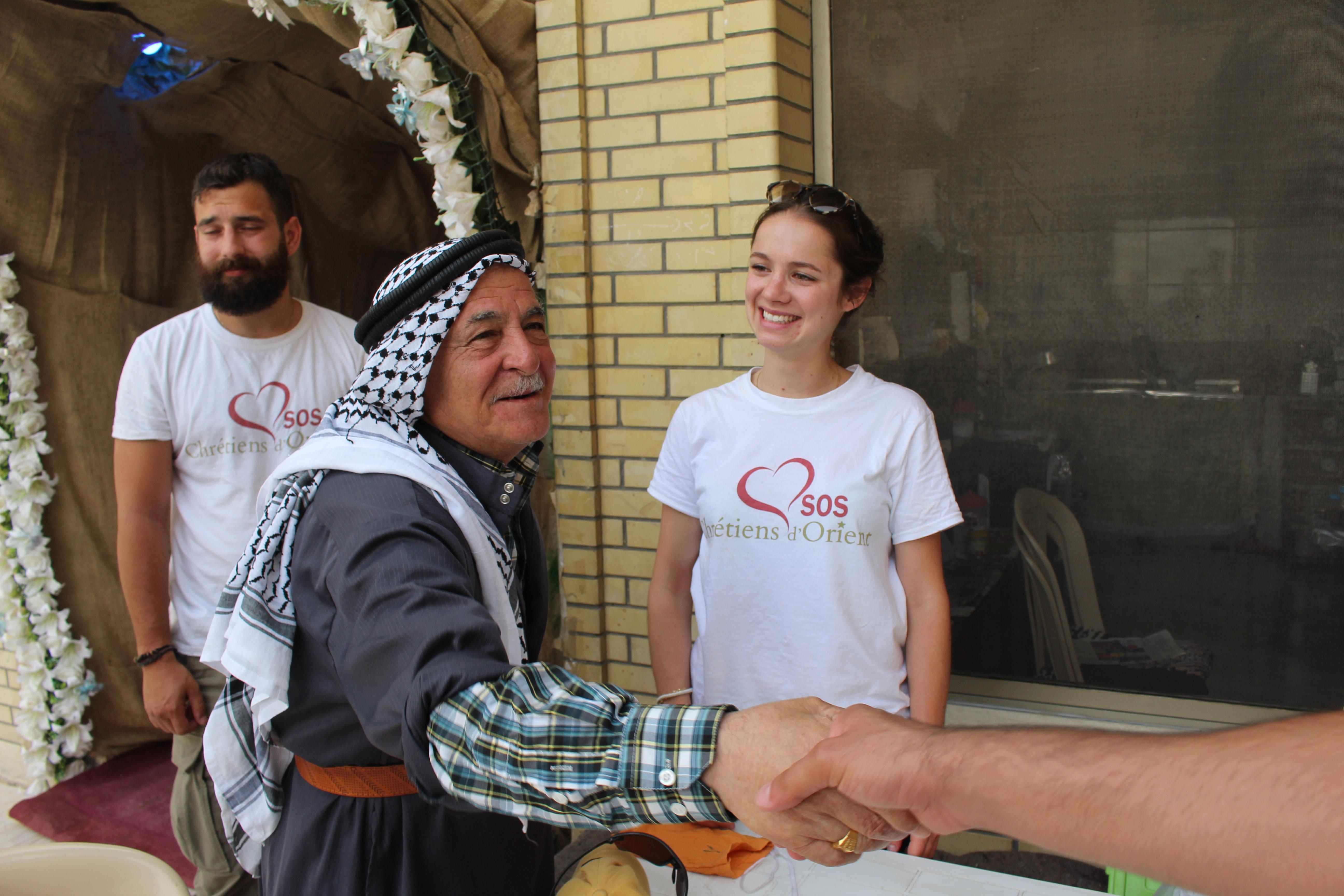 Poignée de main entre les irakiens et les étudiants français de SOS chrétiens d'Orient © Sylvain Dorient