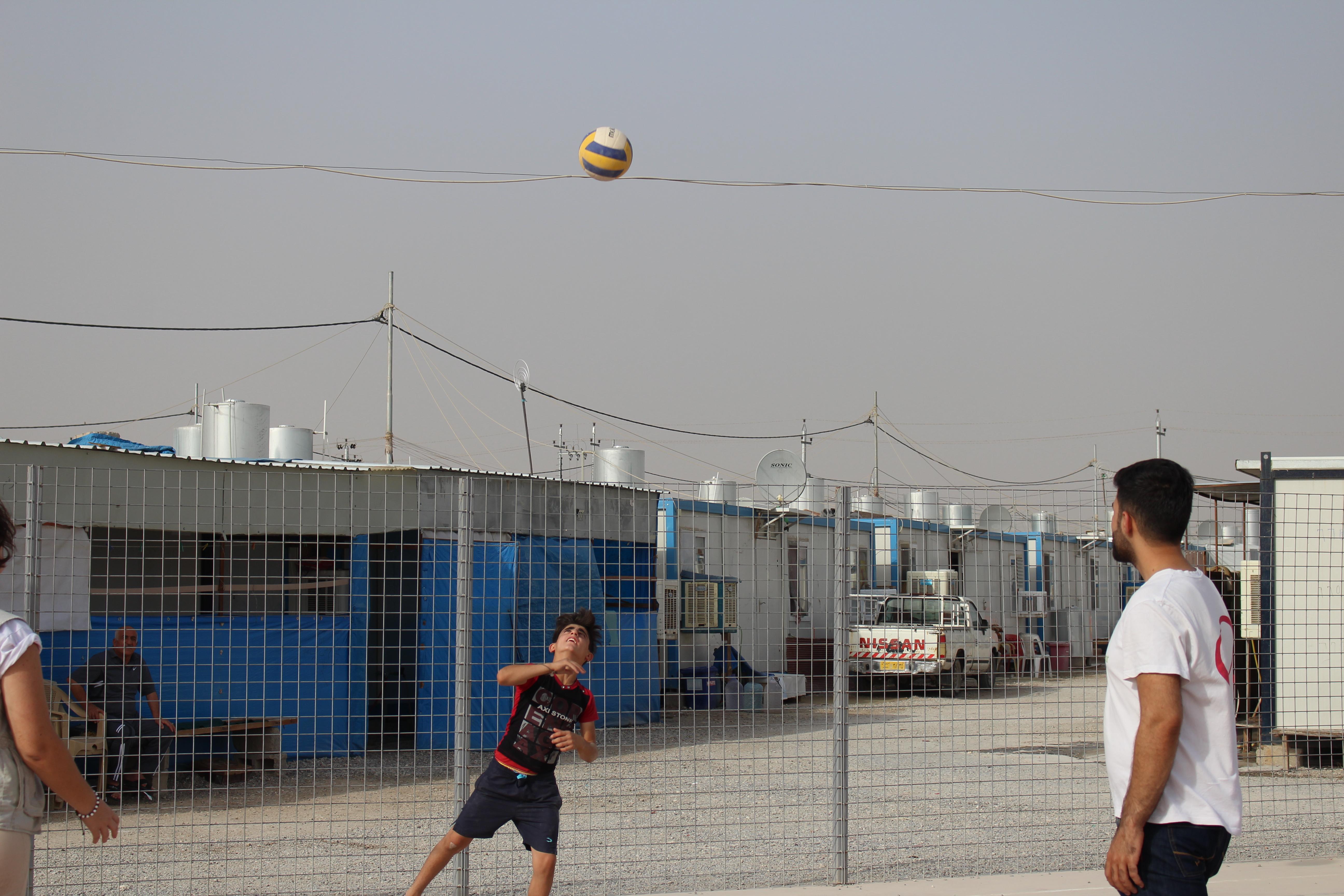Pour s'évader du quotidien, une partie de Volley-ball s'est organisée à Ankawa, ville d'accueil pour les chrétiens d'Irak. © Sylvain Dorient