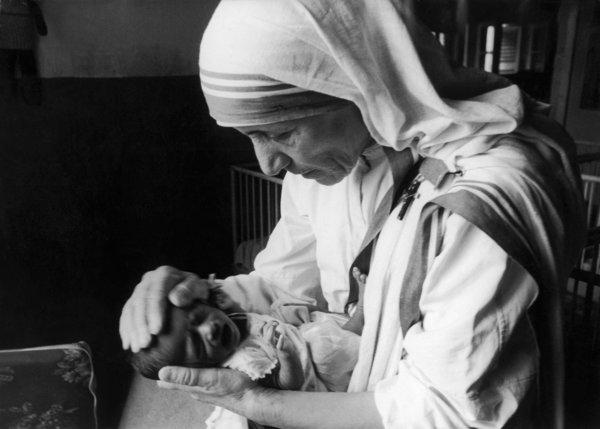 6 septembre 1971, mère Teresa tenant un nouveau-né dans un hôpital de Calcutta © Keystone-France via Getty Images