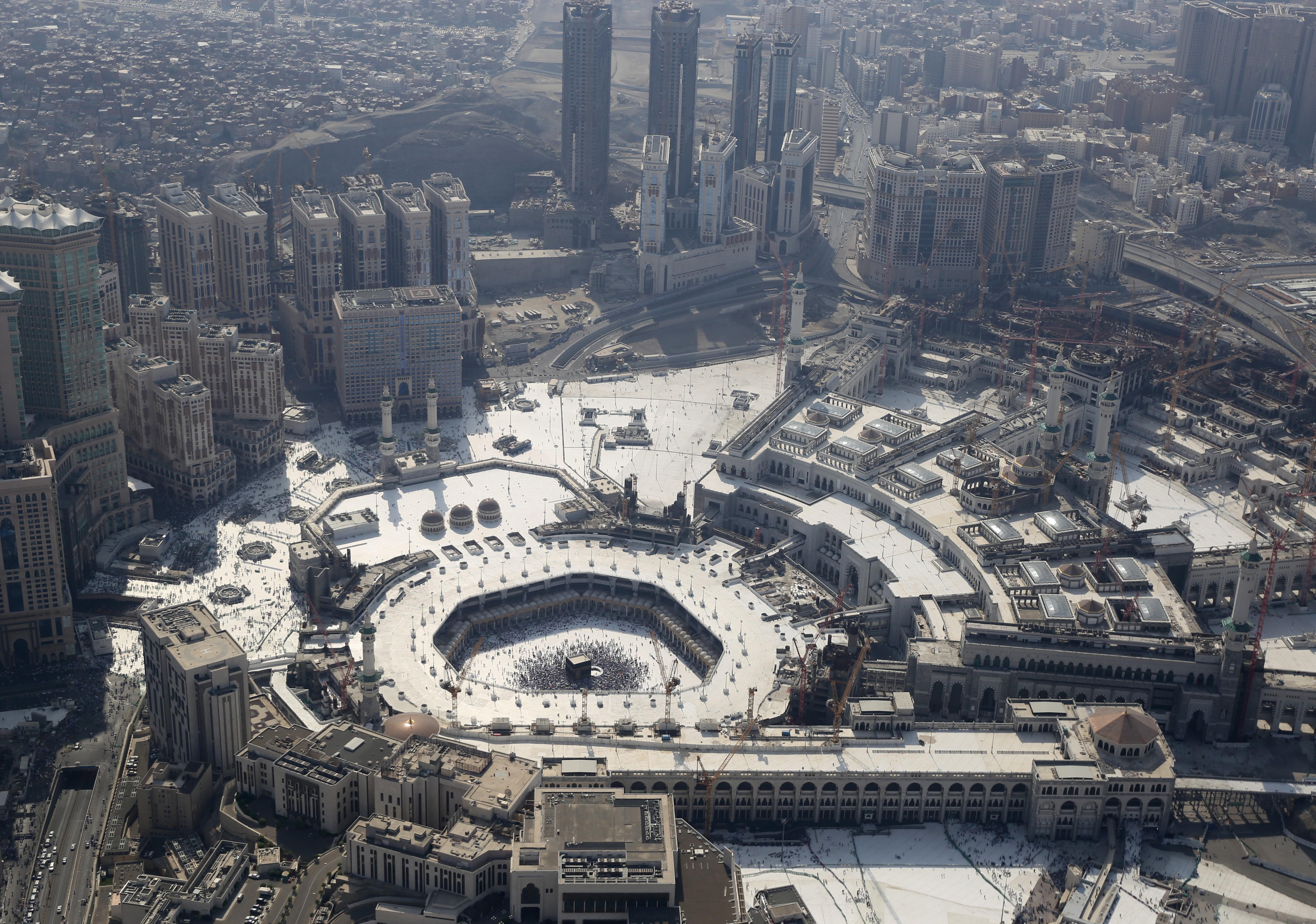 Photo aérienne de la Masjid al-Haram (Grande Mosquée) de la Mecque. Autour du lieu saint, les grattes-ciel et les hôtels de la cité qui défigurent l'horizon. Ramazan Turgut / Anadolu Agency