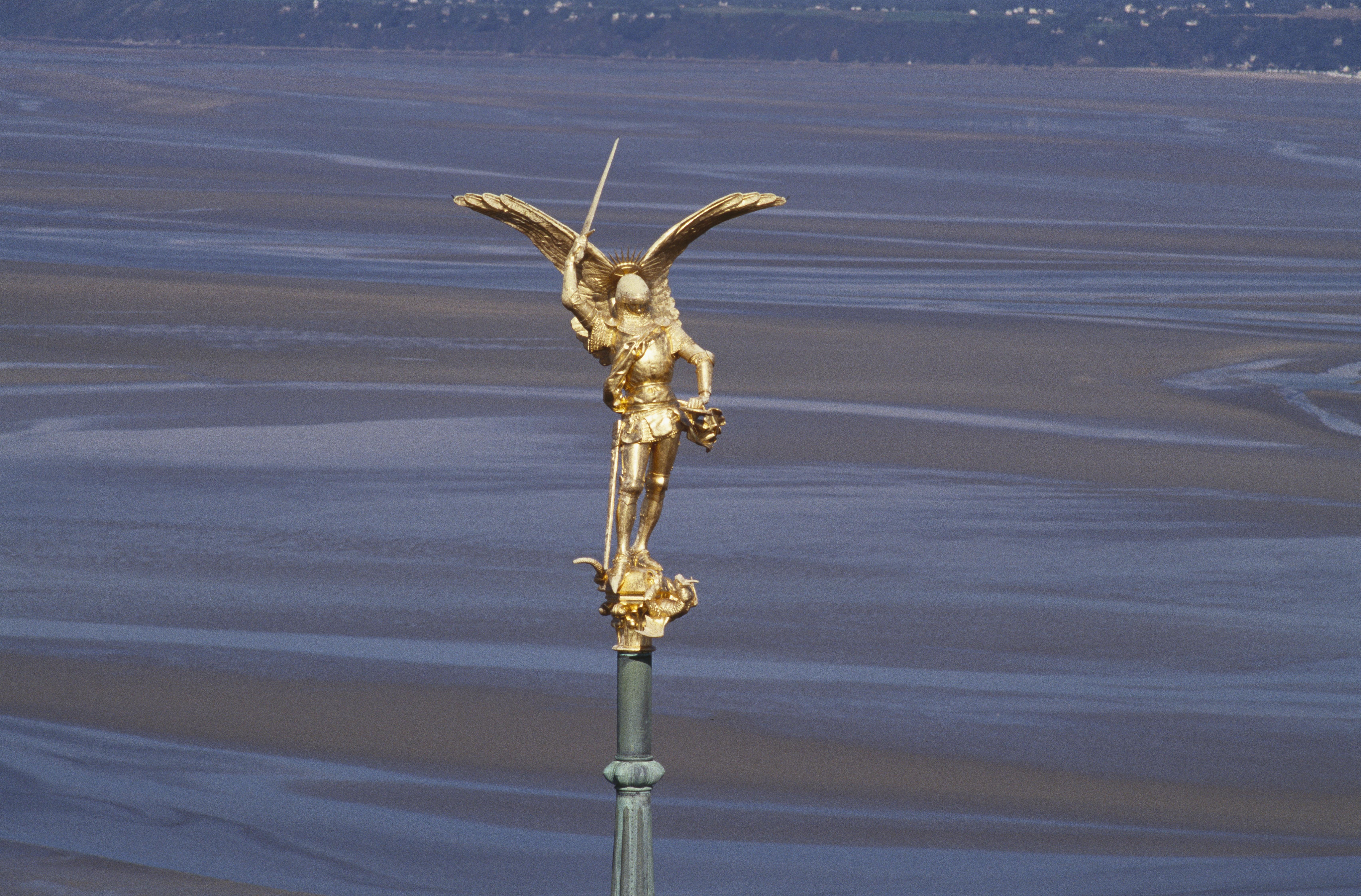 1Emmanuel Frémiet, Statue de l'archange saint Michel, vers 1879, abbaye du Mont-Saint-Michel. © CMN