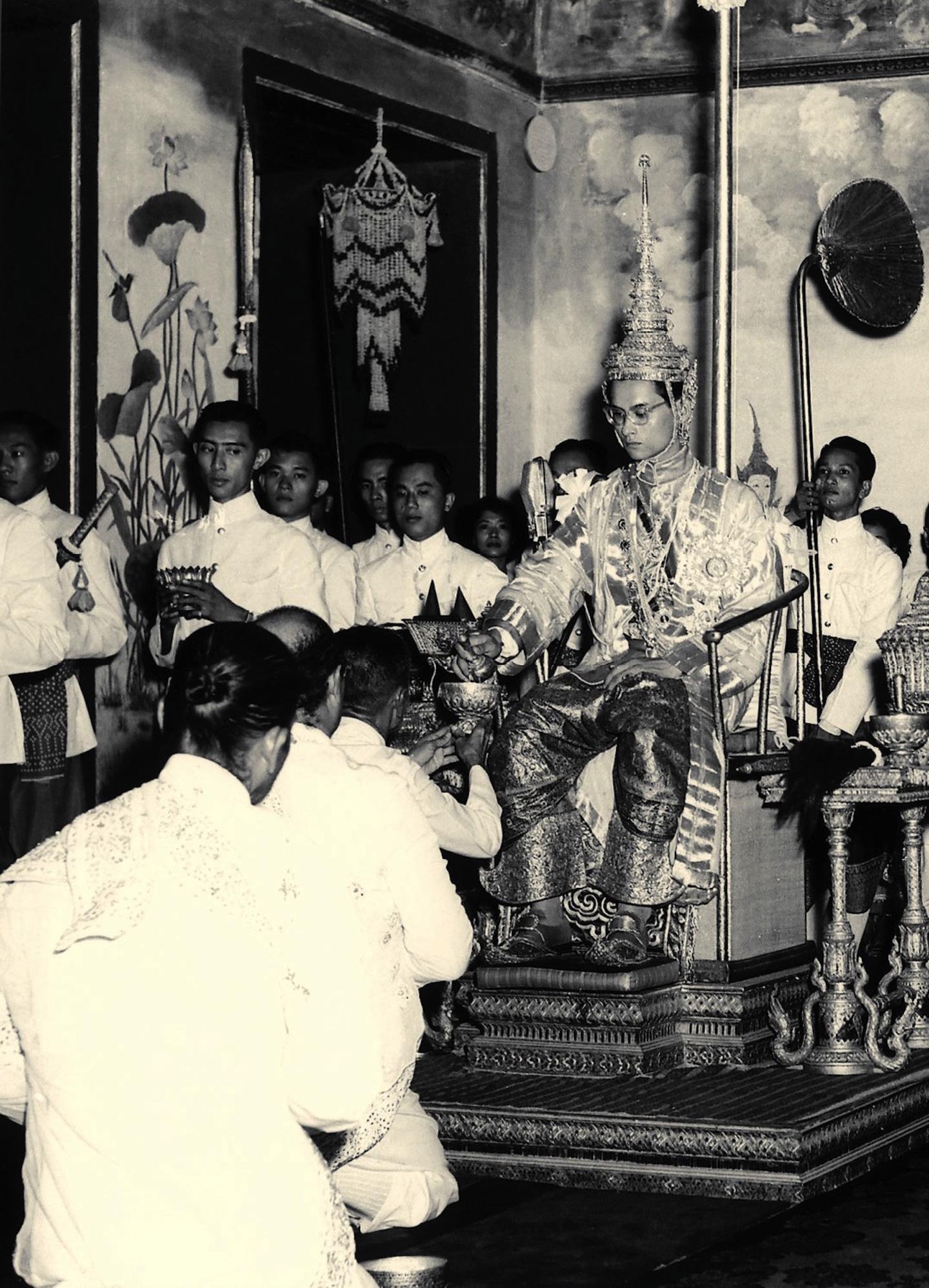 Bhumibol Adulyadej se voit présenter les regalia au palais lors de son couronnement, le 5 mai 1950. Il prend alors le nom de Rama IX