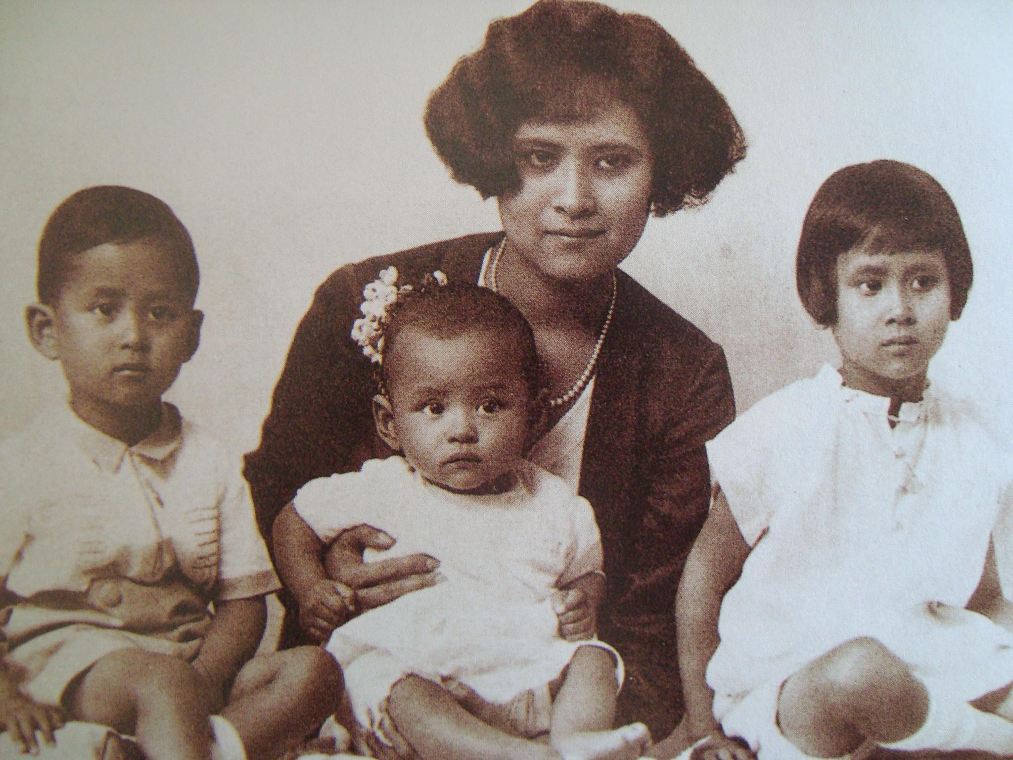 Bhumibol entouré de ses frères et soeurs © Wikimedia Commons