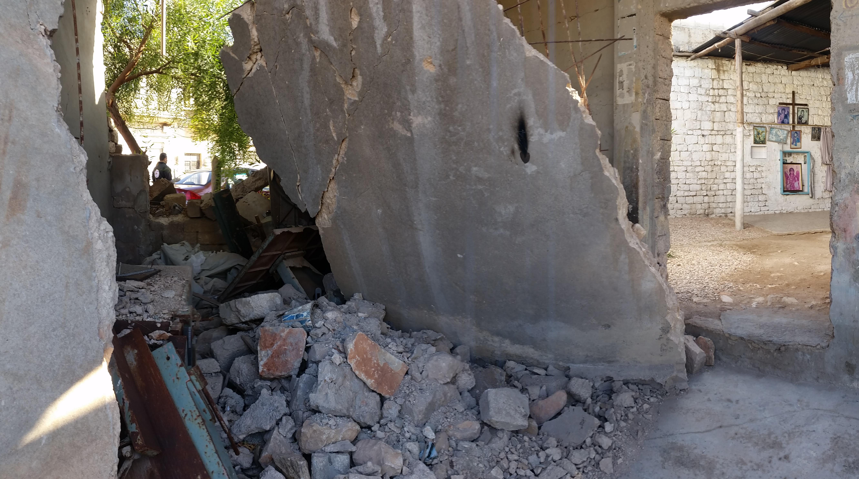 Une église de Mhardeh éventrée. Sur le mur les icônes n'ont pas bougé © Alexandre Meyer