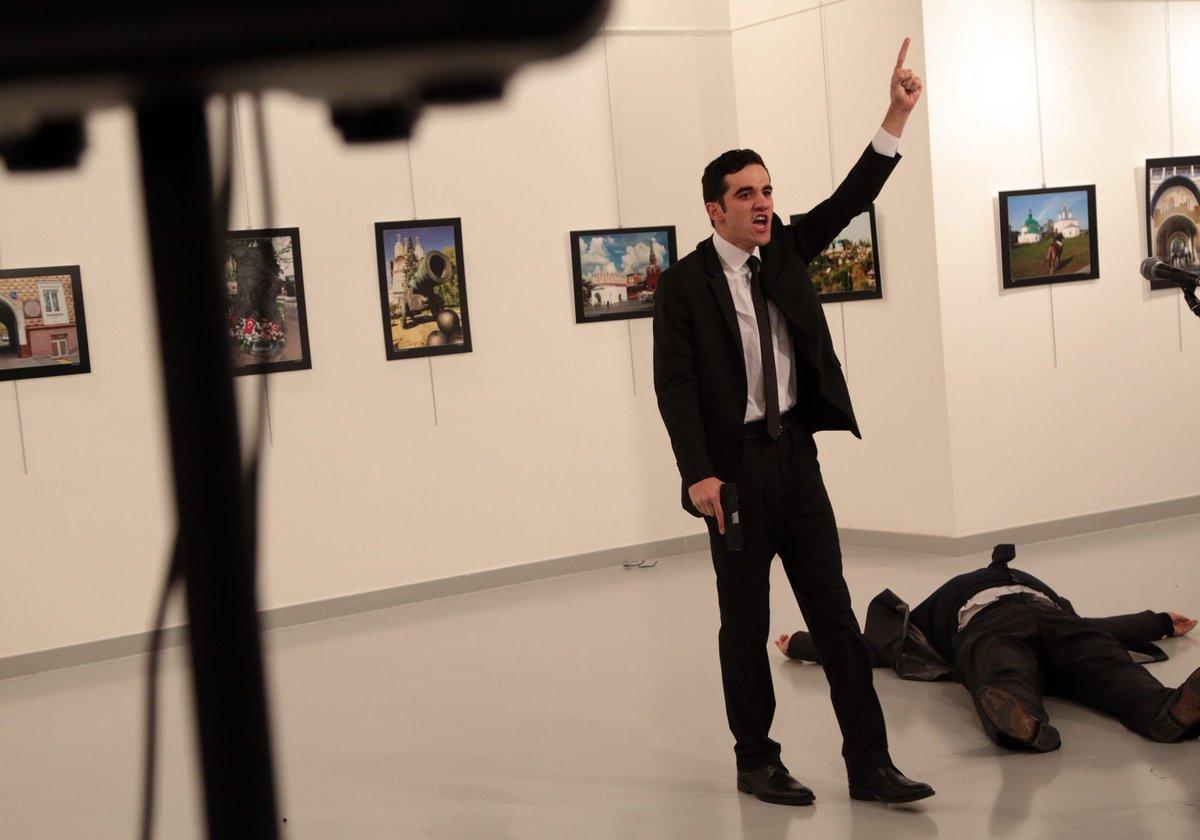 L'assassin de M. Karlov, revendiquant son crime lundi soir à Ankara © DR