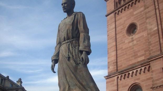 Strasbourg, Monument Charles de Foucauld devant l'église St-Pierre-le-Jeune catholique