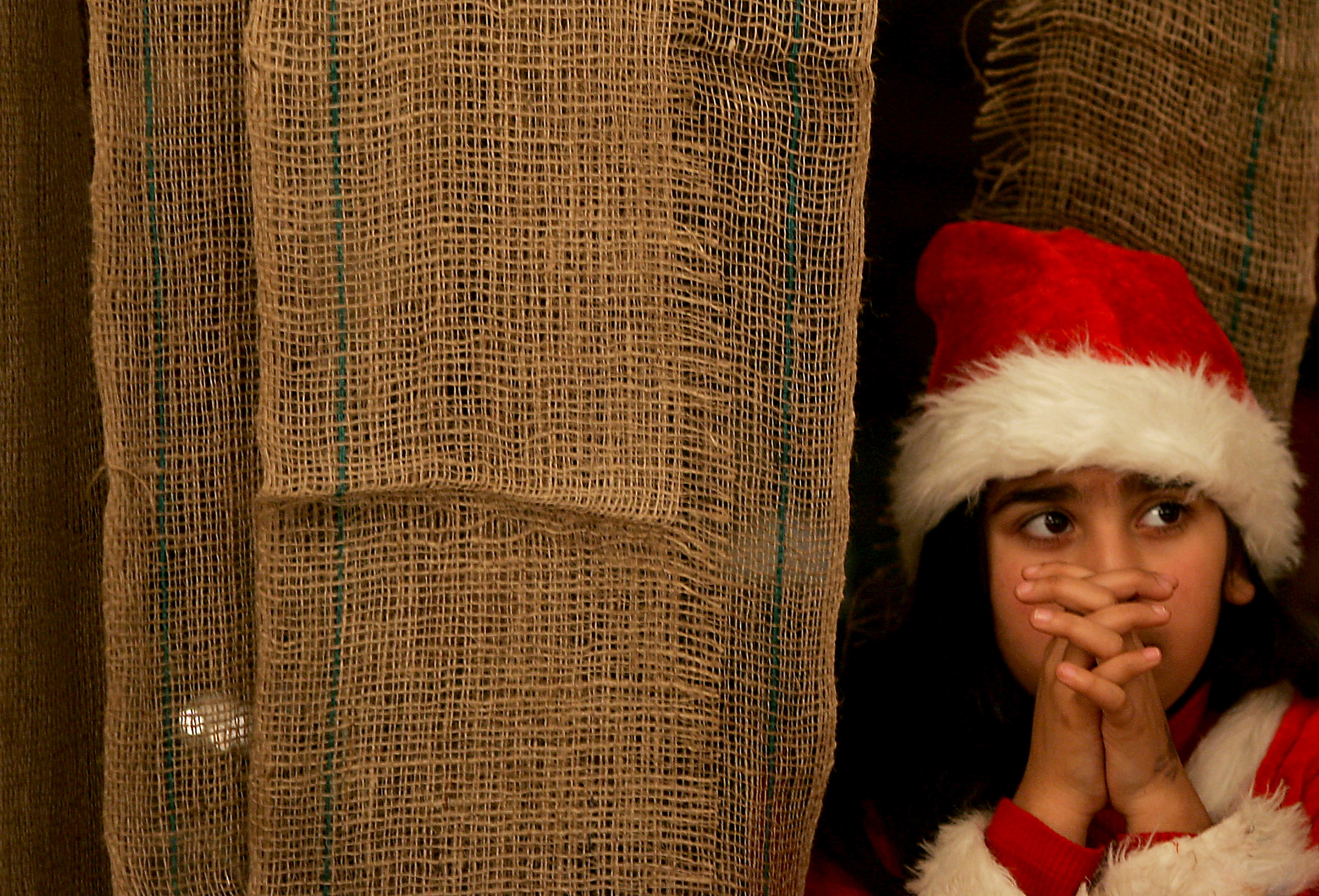 web-palestinian-girl-praying-christmas-saif-dahlah-afp