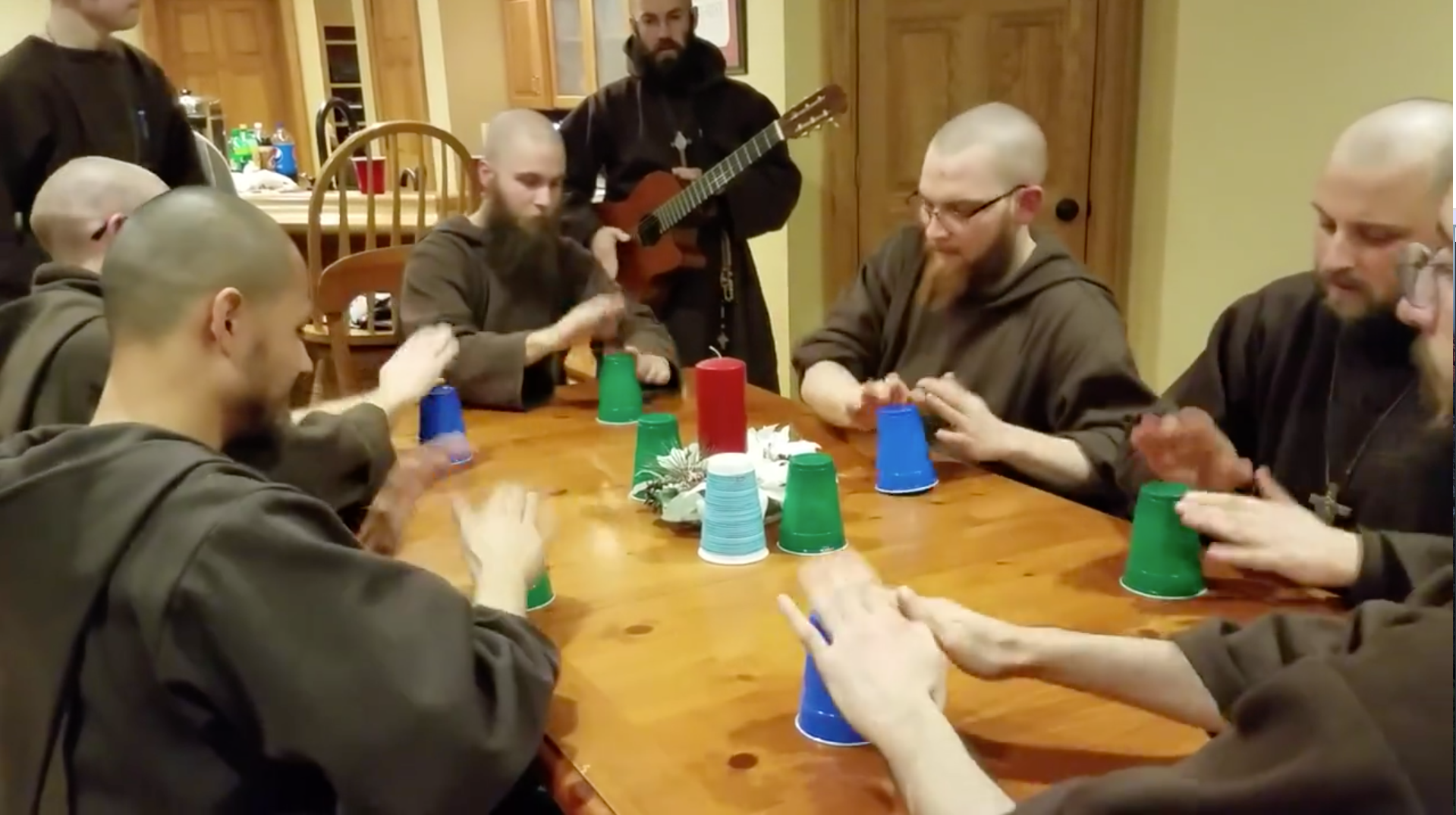 Des franciscains jouent au cup game lors d'un réveillon