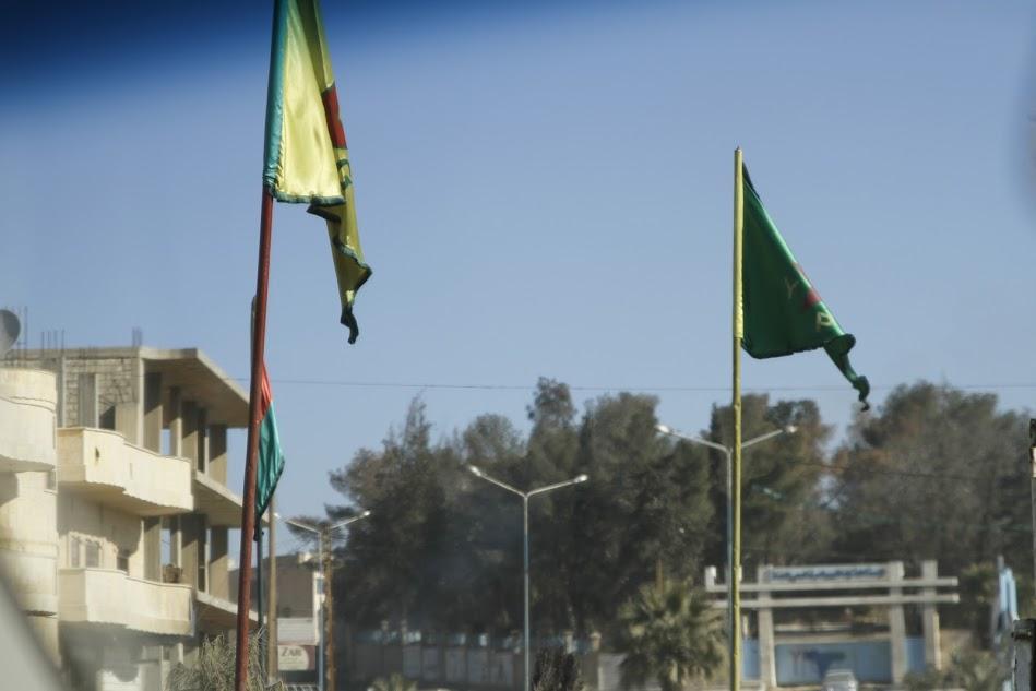 Drapeaux du YPG (jaune)/ YPJ (vert) dans les rues de Hassakeh. © François Thomas