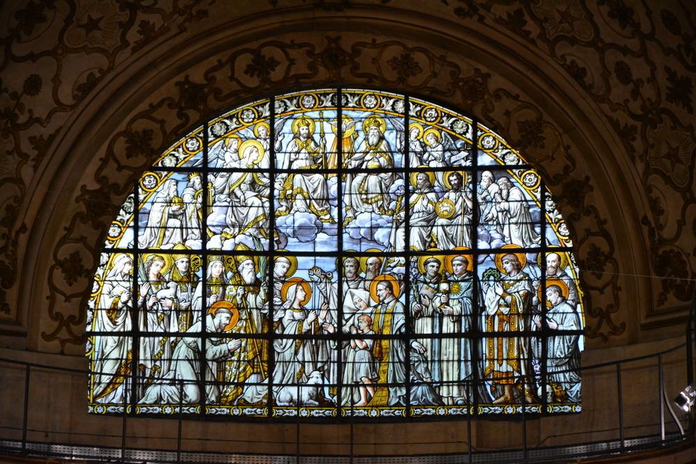 Vitrail de Louis-Amédée Didron au-dessus de la chapelle Saint-Vincent de Paul : « Jésus en gloire et les apôtres ».