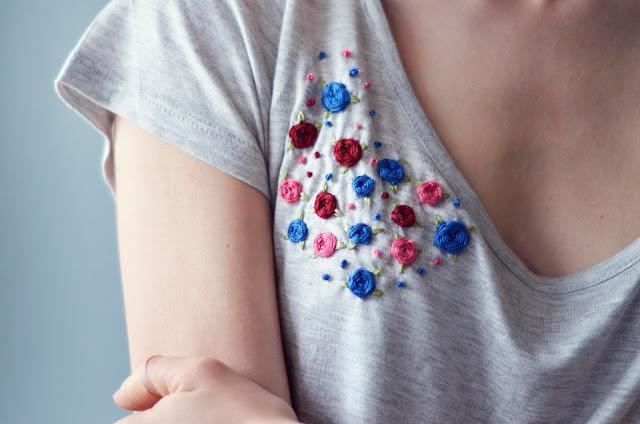 Le t-shirt brodé avec des fleurs