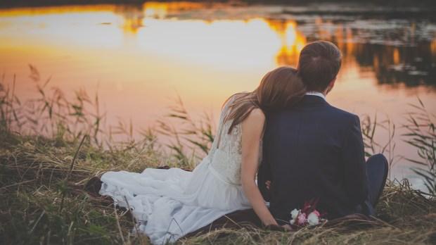 Couple de mariés au bord de l'eau