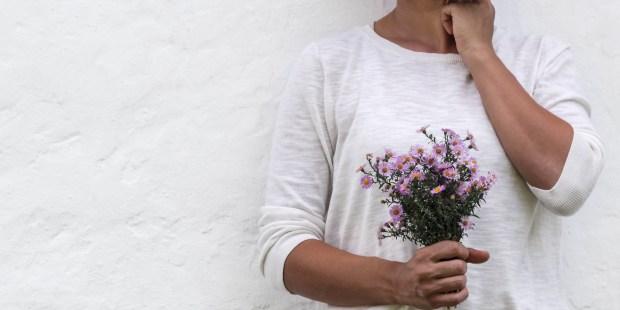 Femme tenant un bouquet de fleurs