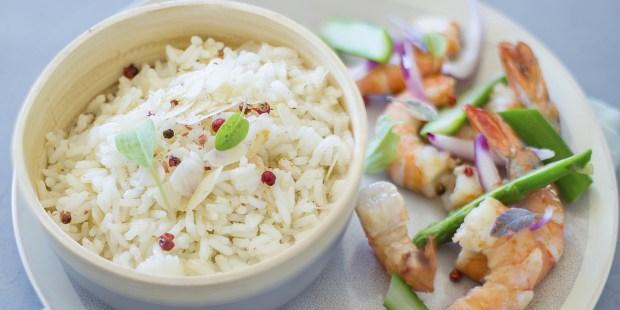 Riz sauté aux amandes, crevettes asperges et oignons rouges