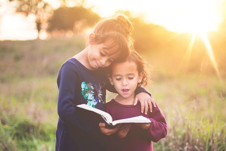 Deux soeurs faisant la lecture