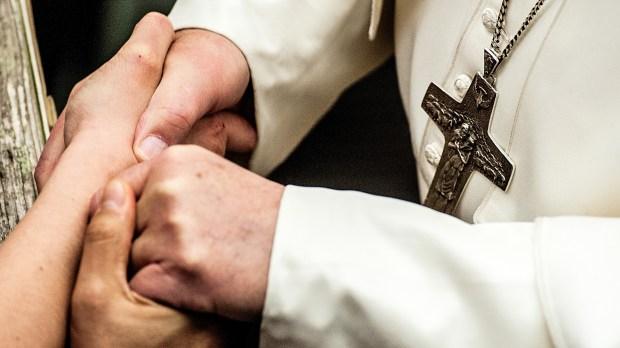 croix, mains jointes