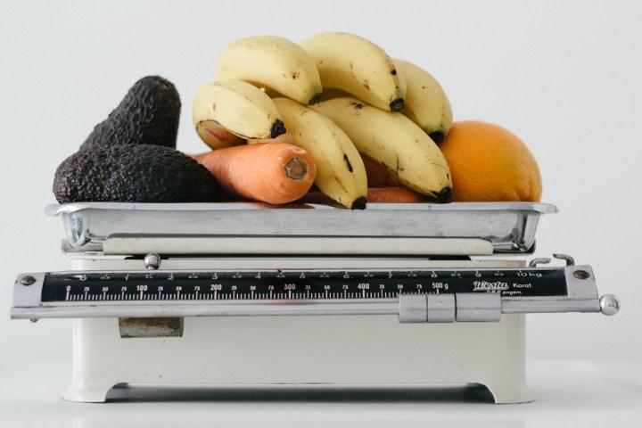 Balance ancienne transformée en corbeille à fruits