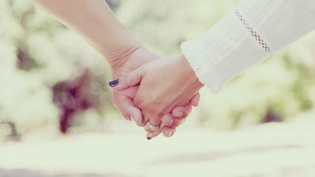 Couple se donnant la main