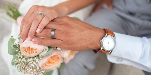 Des mariés échangent leurs voeux