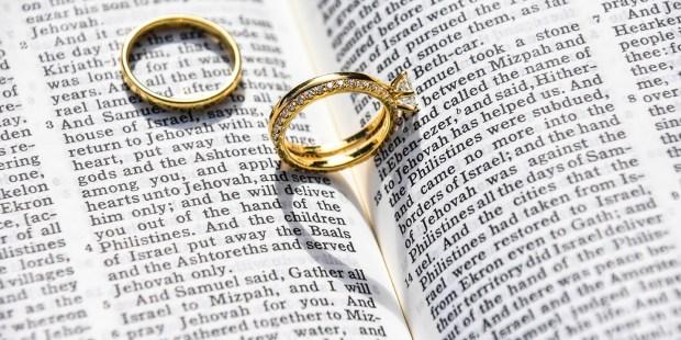 Anneaux de mariage sur une bible