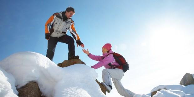 Couple escaladant une montagne