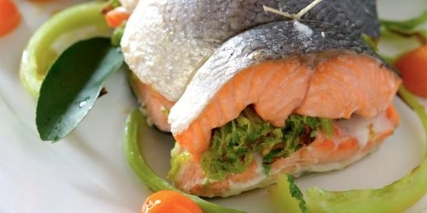 Rôti de saumon, côtes et feuille de chou vert