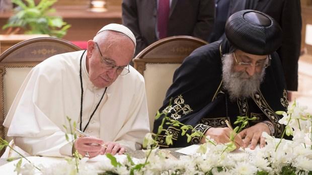 """Le pape copte Tawadros II et le pape François signent une déclaration commune pour """"lutter pour la sérénité et la concorde à travers une cohabitation pacifique des chrétiens et des musulmans"""" le 28 avril 2017, à la cathédrale Saint-Marc, au Caire. © AFP PHOTO / OSSERVATORE ROMANO"""