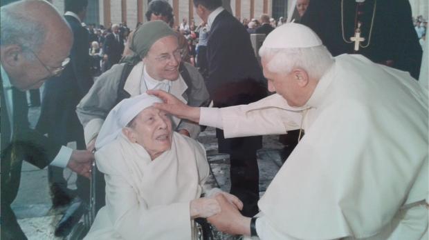Renée avec le pape Benoît XVI à Rome, le 18 mai 2005 © Archives Renée de Tryon-Montalembert